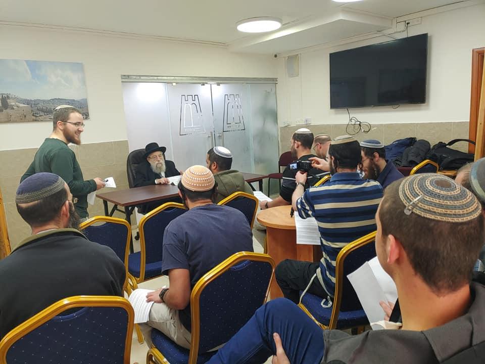 רבה של ירושלים הרב אריה שטרן בשיעור לישיבת כרמיאל