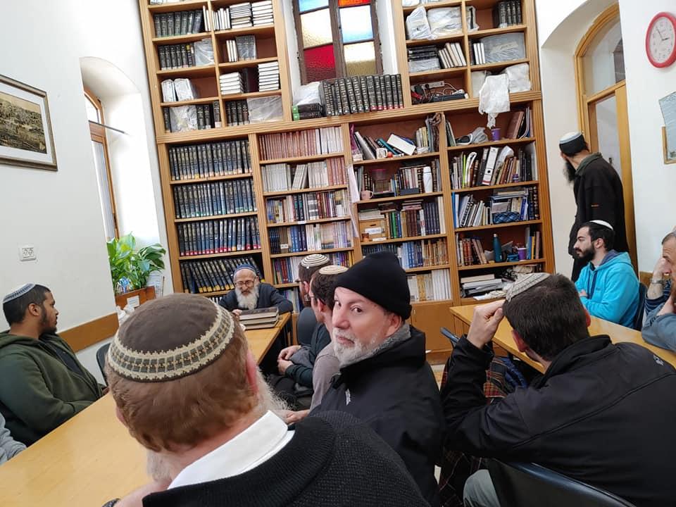 הרב שלמה אבינר בשיעור לתלמידי ישיבת כרמיאל
